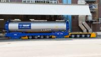 AGV drives underneath a tank container at a loading station (Photo: BASF)